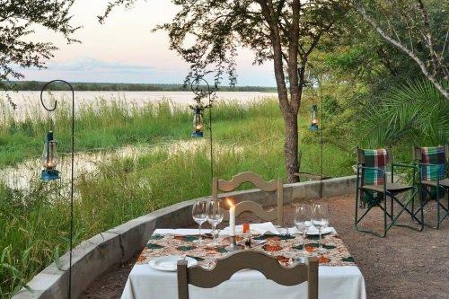 chobe bakwena lodge eten met uitzicht over rivier.jpg