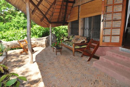ngala beach lodge patio bij chalet.png
