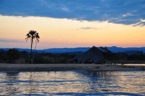ngala beach lodge uitzicht vanaf water.png