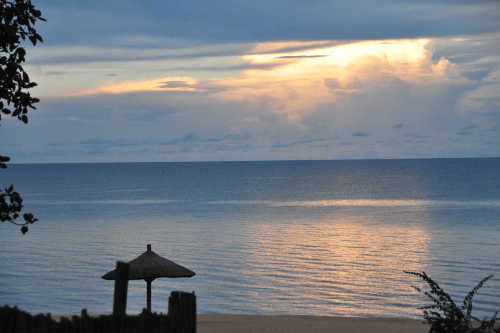 ngala beach lodge uitzicht lake malawi.png