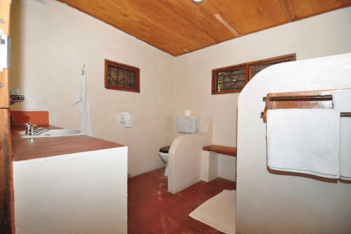 ngala beach lodge badkamer.png