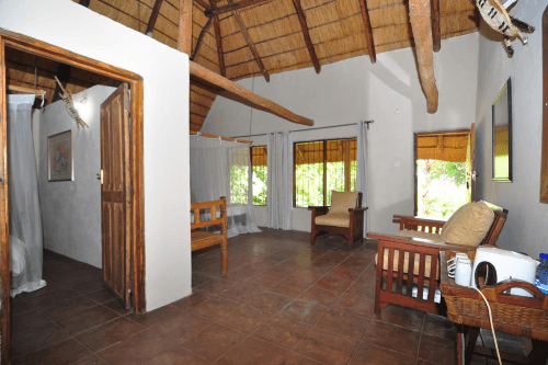 ngala beach lodge chalet binnen.png