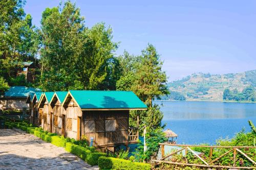 lake bunyonyi overland resort huisjes aan het water.png