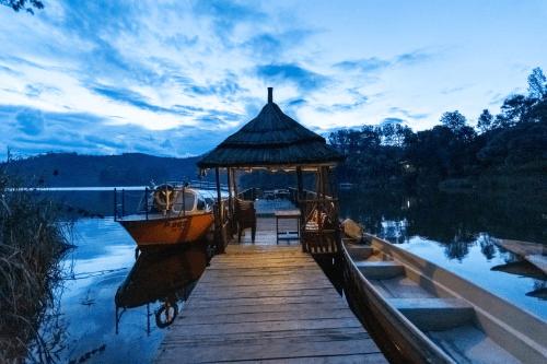 lake bunyonyi overland resort avond.png