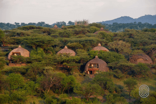 serengeti serena safari lodge rondavels vanuit de lucht.png