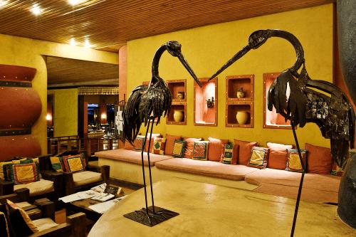 serengeti sopa lodge lounge.png