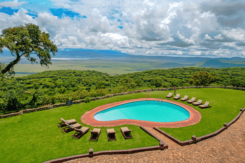 ngorongoro sopa lodge zwembad met uitzicht.png