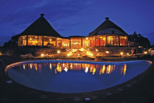 ngorongoro sopa lodge zwembad  in de avond.png