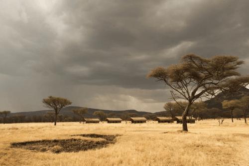 serengeti kati kati tented camp vanaf afstand.png