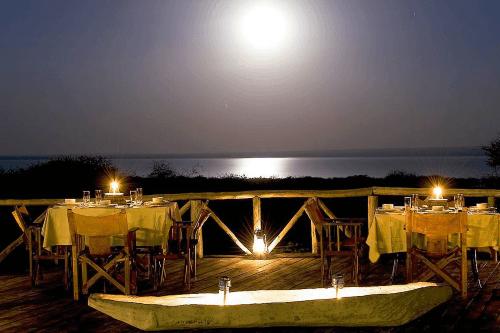 lake burunge tented camp buiten eten.png