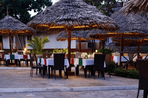 karafuu beach resort en spa restaurant buiten eten.png
