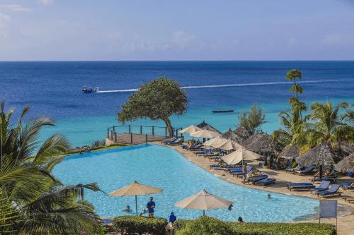 royal zanzibar beach resort zwembad met ligbedden en uitzicht.png