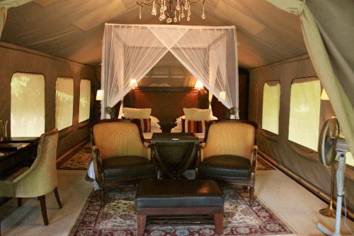 selous serena camp tent van binnen.png