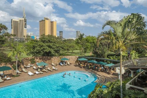 nairobi serena hotel tuin met zwembad.png
