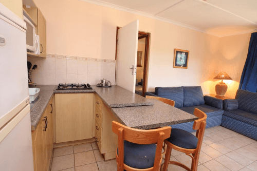 gooderson kynsna chalets woonkamer kitchenette.png