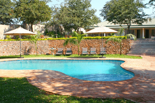 batonka guest lodge zwembad met ligbedden.png