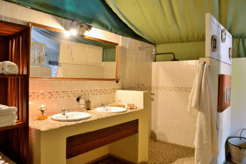 elephant valley lodge tent badkamer.png