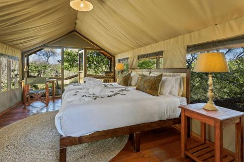 saguni safari lodge tent van binnen.png