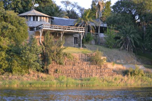gwabi river lodge vanaf kafue river.png