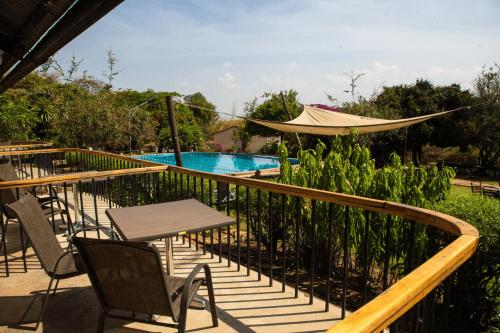 utengule coffee lodge balkon met uitzicht zwembad.png