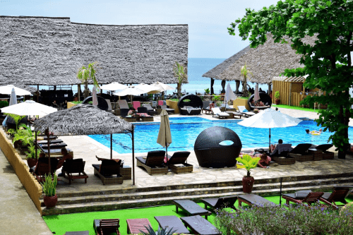 amaan beach bungalows zwembad met ligbedden.png