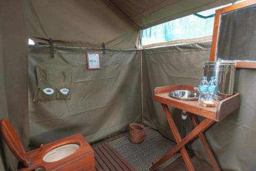 kananga special tented camp badkamer.png