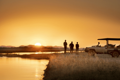nyamatusi camp sundowner bij rivier.png