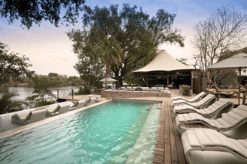 thorntree river lodge zwembad met ligbedden.png