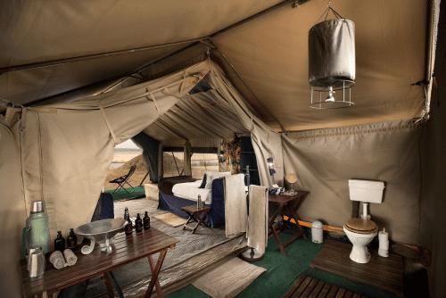 zambezi expeditions badkamer met bucket shower.png