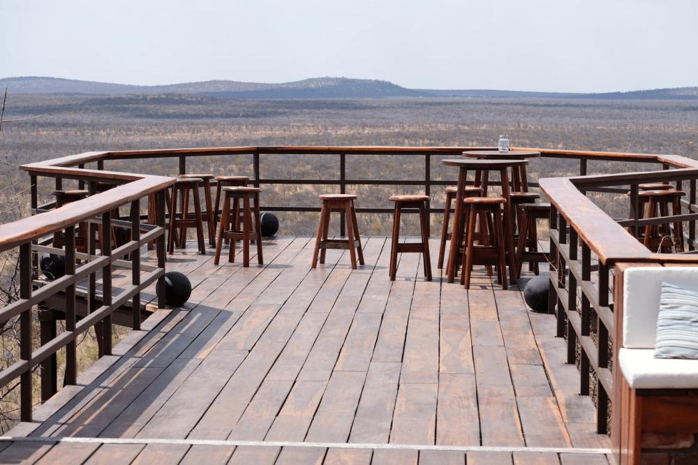 etosha safari camp uitzicht platform.png