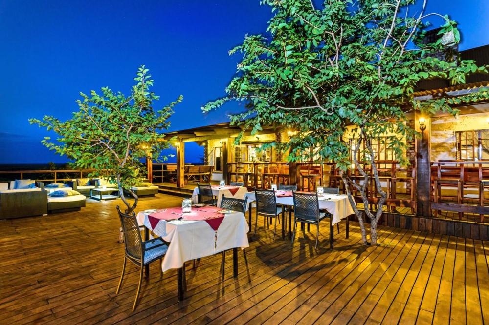 etosha safari camp buiten eten.png