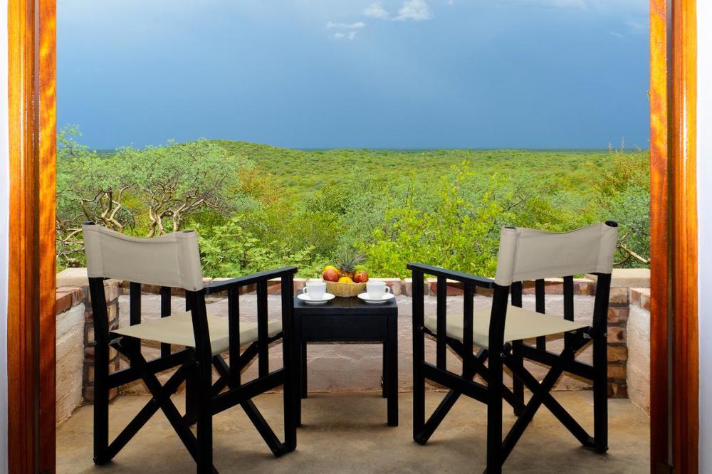 etosha safari camp uitzicht terras.png