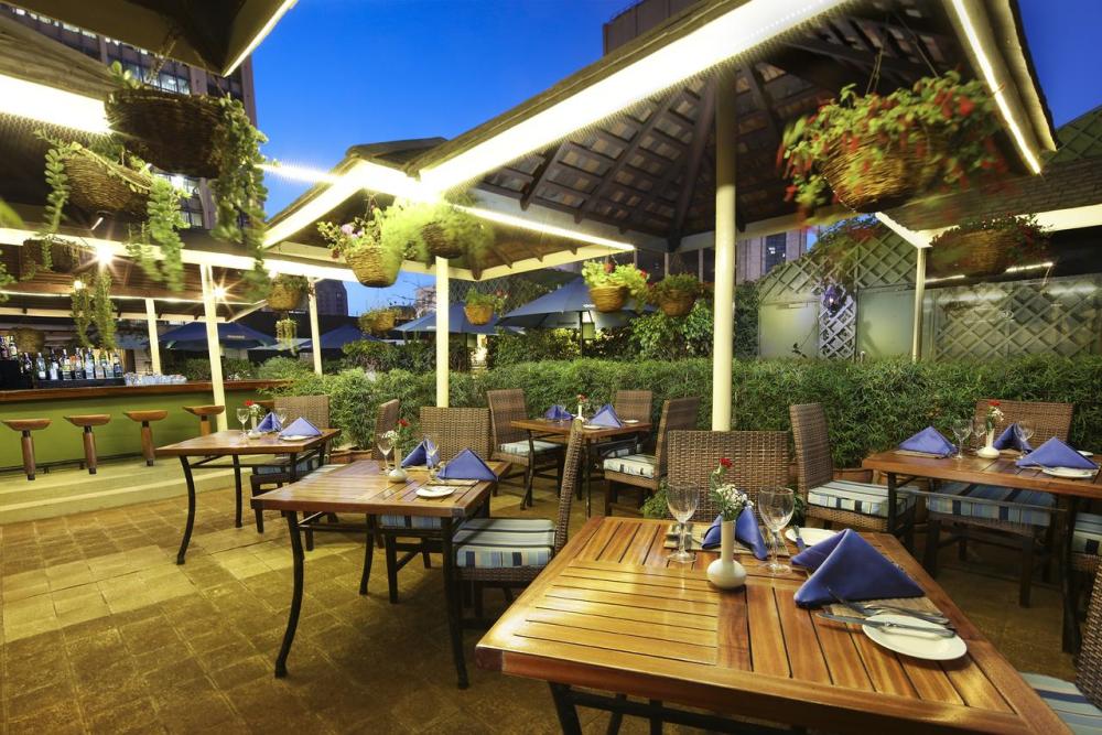 hilton nairobi bar restaurant buiten.png