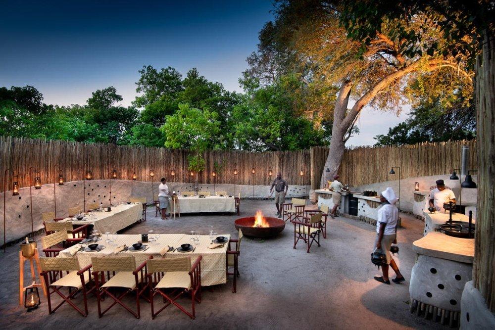 khwai leadwood buiten eten.jpg