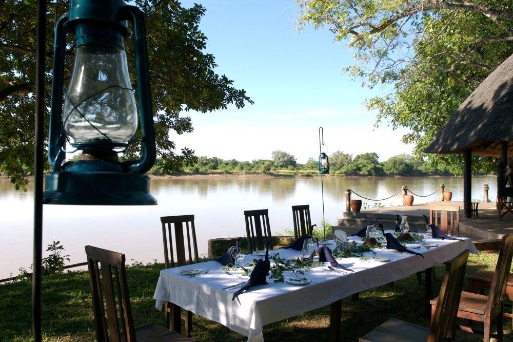 nkwali camp buiten eten.jpg