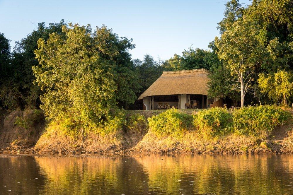 nkwali camp chalter vanaf rivier.jpg