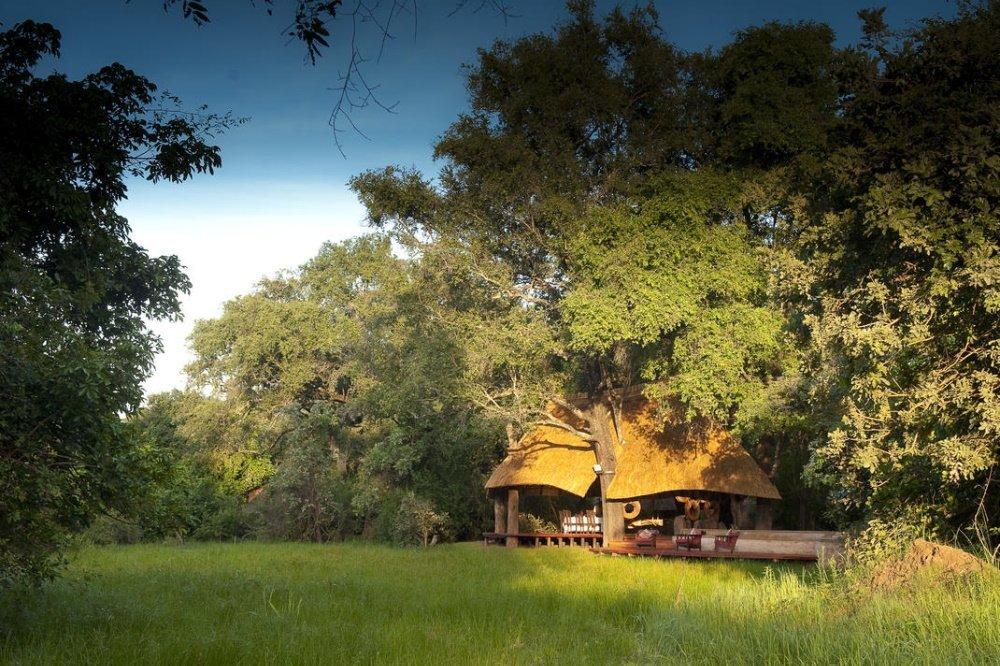 nkwali camp omgeving lodge.jpg