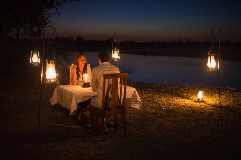 nsefu camp diner aan rivier.jpg