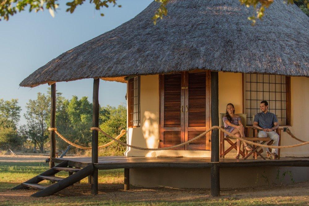nsefu camp chalet buiten zitten.jpg