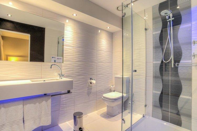 signature lux hotel sandton badkamer.jpg