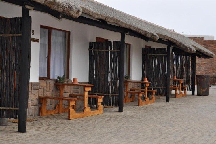obelix guesthouse terrasje voor de kamer.jpg