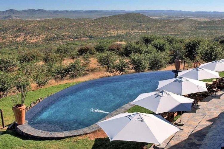 opuwo country lodge zwembad en uitzicht.jpg