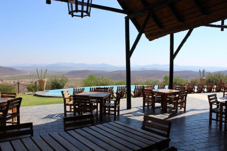 opuwo country lodge restaurant met uitzicht.jpg