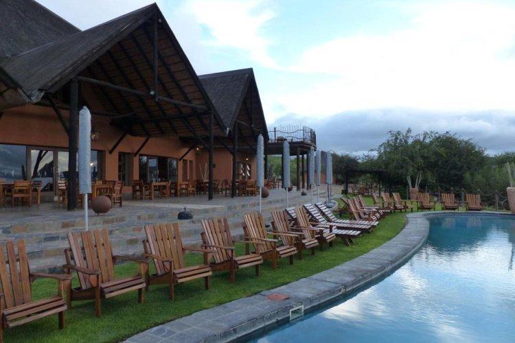 opuwo country lodge zwembad met ligbedden.jpg