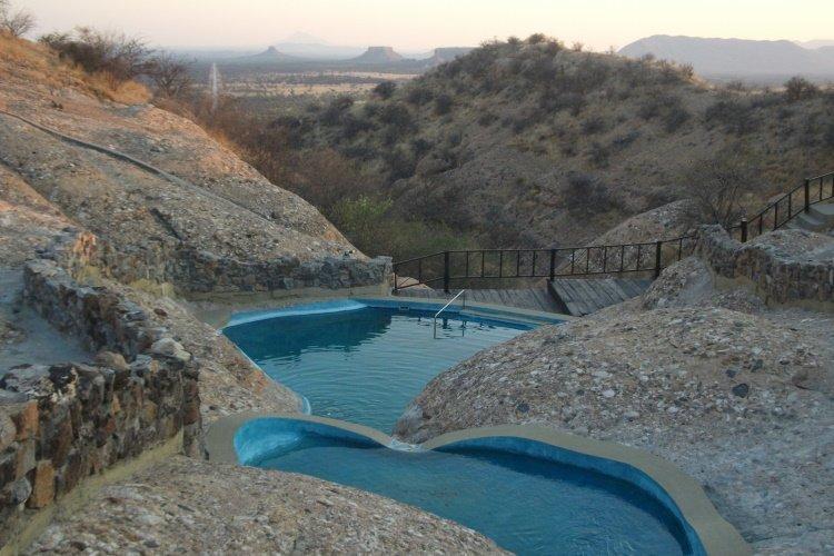 ugab terrace lodge zwembad.jpg
