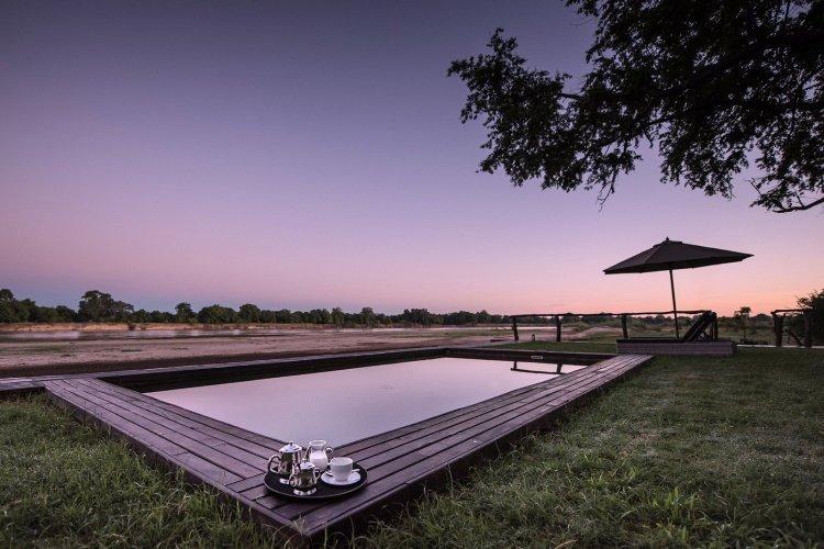 shawa luangwa camp zwembad bij zonsondergang.jpg