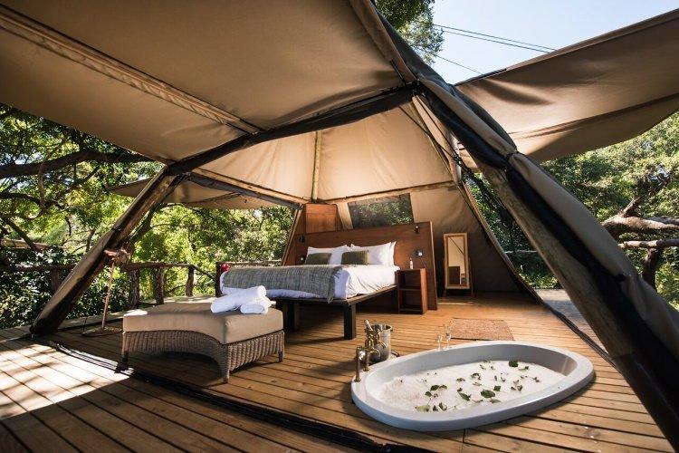 shawa luangwa camp kamer vanaf binnen.jpg