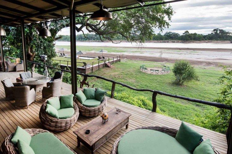 shawa luangwa camp lounge met uitzicht.jpg