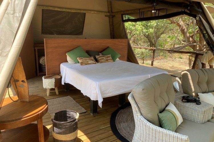shawa luangwa camp kamer vanaf binnen 002.jpg