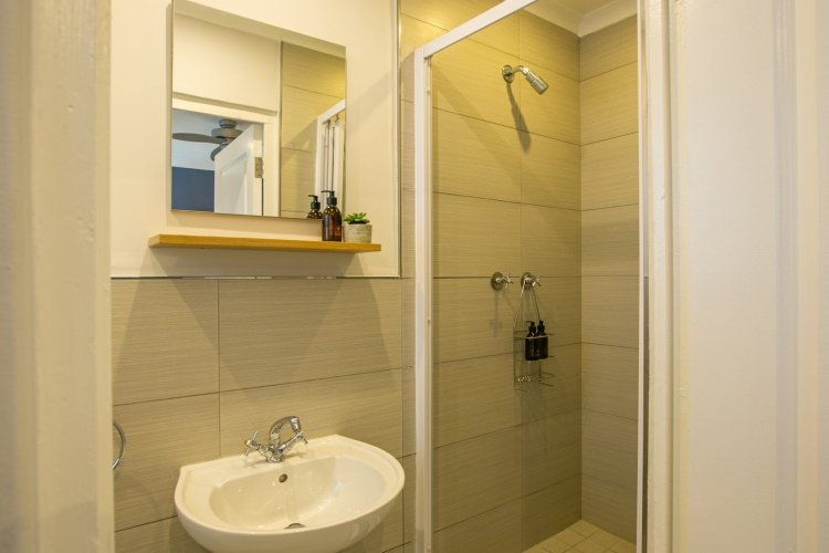 hout & about guest house badkamer.jpg
